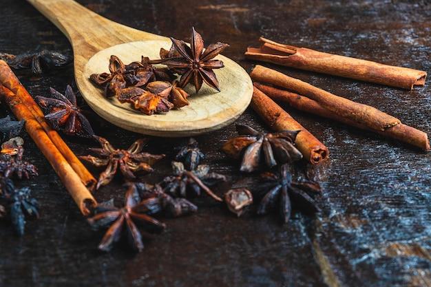 Kaneelkruiden en steranijs gebruikt bij het koken