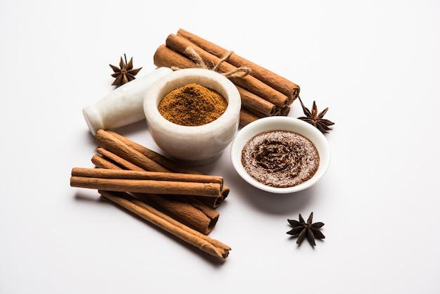 Kaneelpoeder en stokjes ook bekend als dalchini of dalcheenee masala uit india, selectieve focus