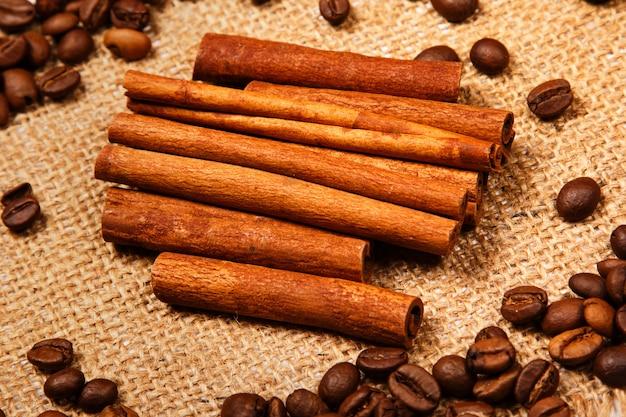 Kaneelstokje en koffiebonen