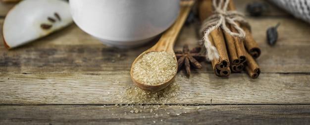 Kaneelstokjes en een eetlepel bruine suiker