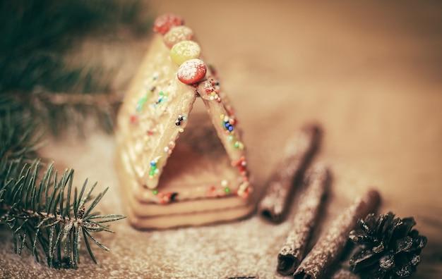 Kaneelstokjes en koekjes aan de kersttafel. kerstachtergrond
