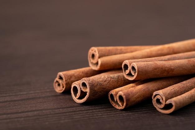 Kaneelstokjes op bruine tafelschors van aromaboom Premium Foto