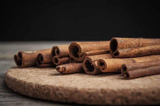 Kaneelstokjes op houten tafel.
