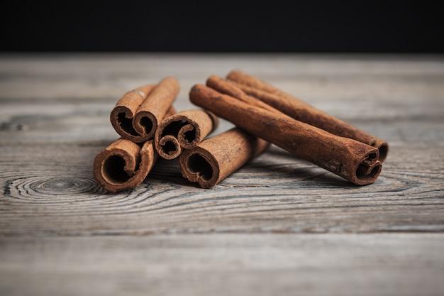 Kaneelstokjes op houten.
