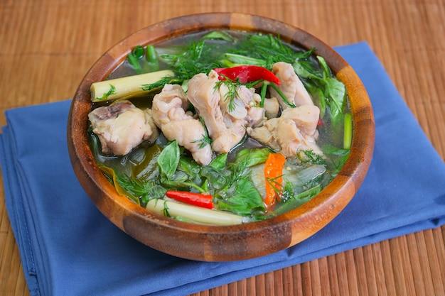 Kang om kai. een hartige dikke soep gemaakt van kruiden en groenten met kip