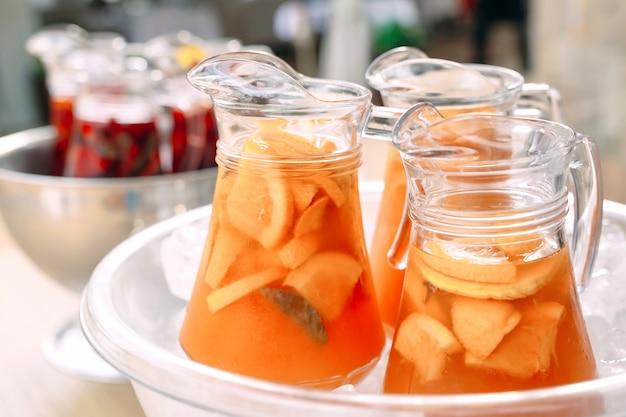 Kannen limonade in het ijs.