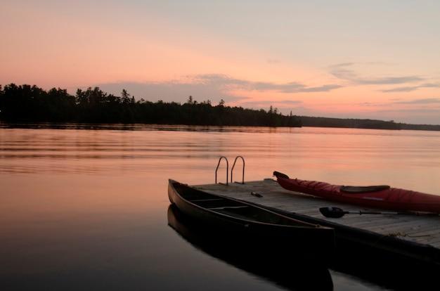 Kano dichtbij een pijler in een meer, meer van het hout, ontario, canada