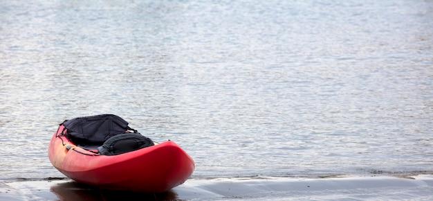 Kano op het strand bij zonsondergang ruimte voor tekst