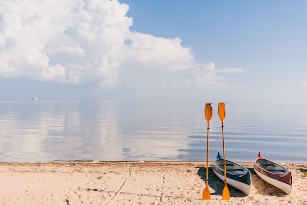 Kano op strand in zonnige zomerdag. reizen, toerisme, vakantieconcept. bootverhuur.