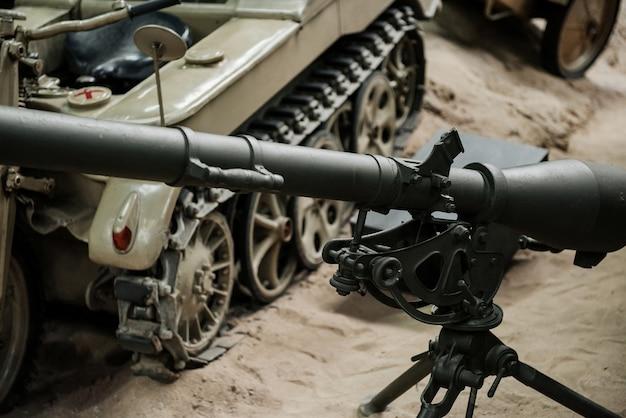 Kanon en oude bruine tank