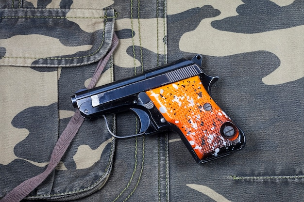 Kanon op camouflageachtergrond.