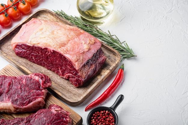 Kansas city rauwe biologische biefstuk gesneden, op witte achtergrond, met kopie ruimte voor tekst
