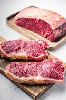 Kansas city rauwe biologische biefstuk gesneden, op witte tafel