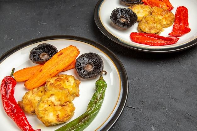 Kant close-up groenten twee platen van geroosterde groenten op tafel