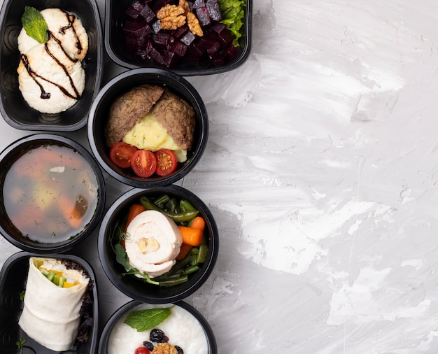 Kant-en-klaarmaaltijd om te eten in voedselcontainers
