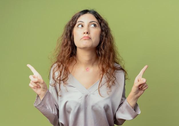 Kant kijken denken jonge mooie vrouwelijke kantoormedewerker punten op verschillende kanten