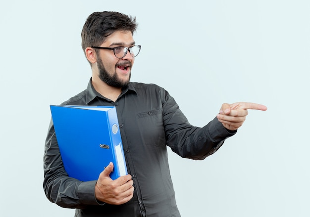 Kant kijken tevreden jonge zakenman bril bedrijf map en punten aan de zijkant
