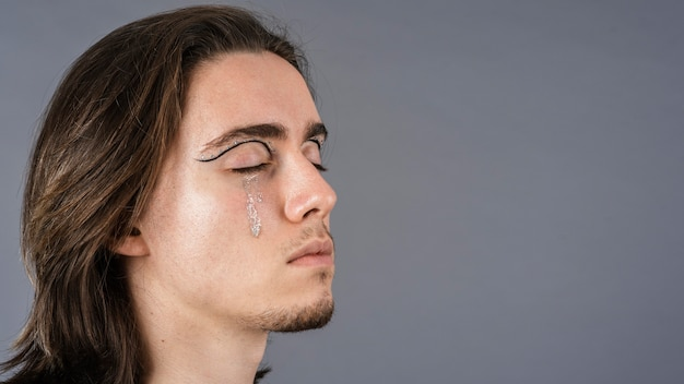 Kant van de mens met make-up en kopieer de ruimte