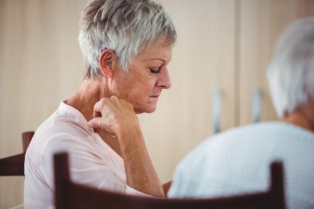 Kant van een oudste die droevige vrouw kijkt