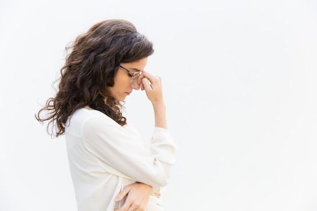 Kant van vermoeide trieste kantoormedewerker in glazen met gesloten ogen