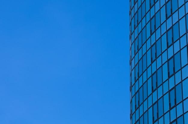 Kant van wolkenkrabber op blauwe hemelachtergrond
