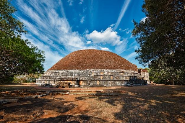 Kantaka chetiya oude geruïneerde boeddhistische daboga-stupa in mihintale, sri lanka