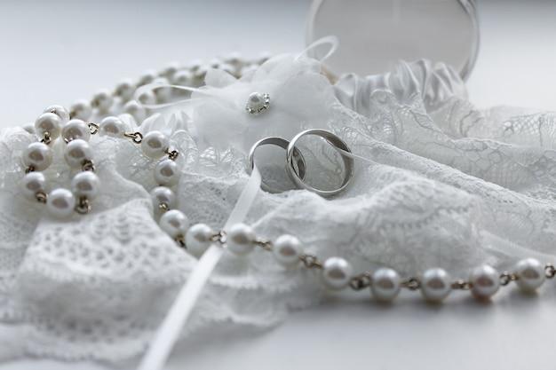 Kanten trouwringen met parel kralen. bruiloft huwelijk
