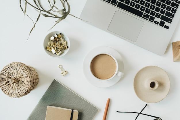 Kantoor aan huis bureau werkruimte met laptop op wit
