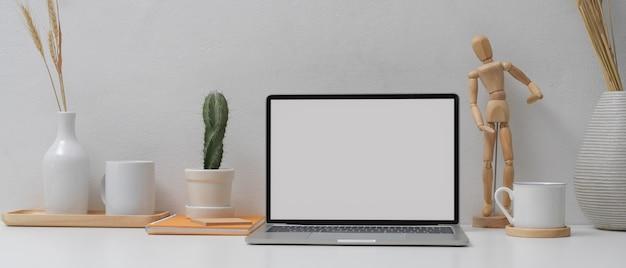 Kantoor aan huis met mock up laptop, schema boek en decoraties op witte tafel