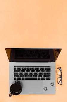 Kantoor aan huis werkruimte met laptop en kopje koffie