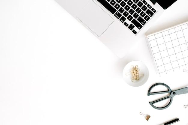 Kantoor aan huis werkruimte met laptop, notebook en accessoires