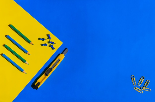 Kantoor en school briefpapier achtergrond in blauwe en gele tinten, materiaal voor creativiteit