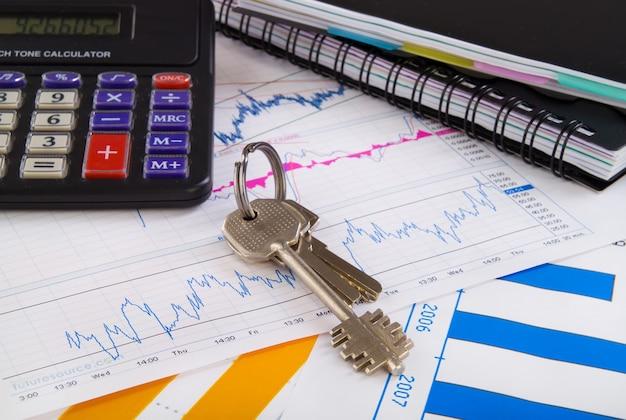 Kantoor kantoor tafel met diagram, sleutel en rekenmachine