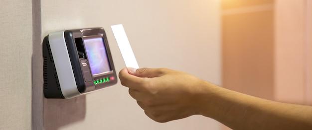 Kantoor man die de identiteitskaart gebruikt om te scannen bij de toegangscontrole.