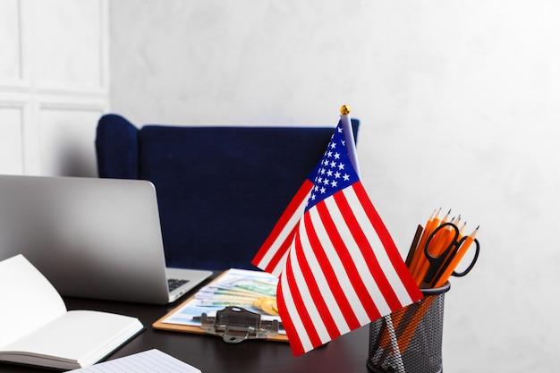 Kantoor met amerikaanse vlag