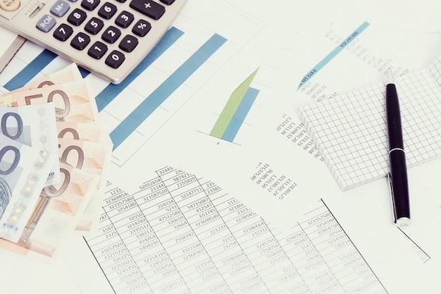 Kantoor met documenten en geldrekeningen