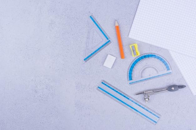 Kantoor- of schoolhulpmiddelen met papier en potloden