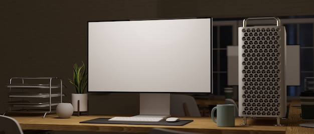 Kantoor 's avonds laat desktopcomputer met leeg scherm met papieren lade boompot en koffiemok