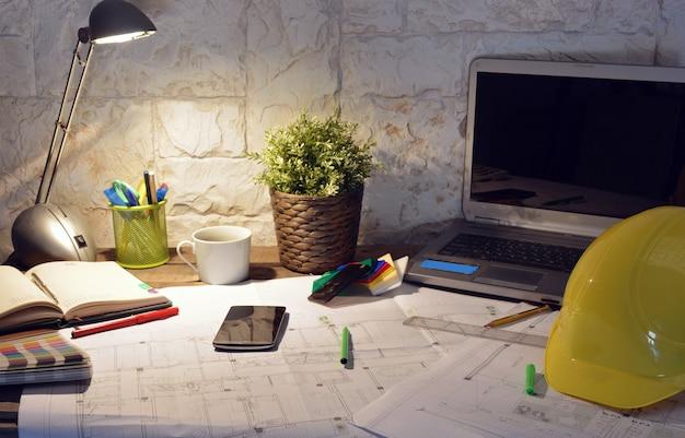 Kantoor van de architectuur met tekeningen, werken van computer en persoon
