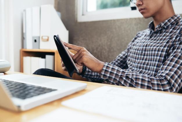 Kantoor werknemer met behulp van tablet pc