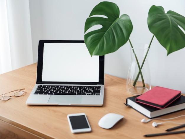 Kantoor werkplek met laptop op houten tafel