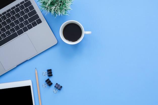 Kantoor werkruimte - flat lay-out mockup foto van werkruimte met laptop leggen