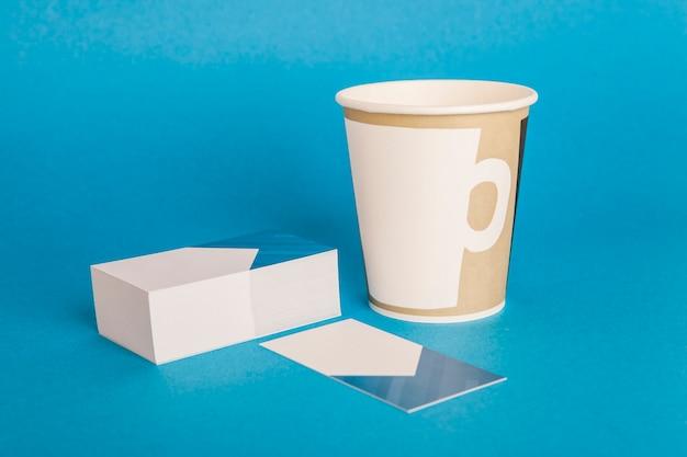 Kantoorartikelen mockup met visitekaartjes koffie om kop te gaan