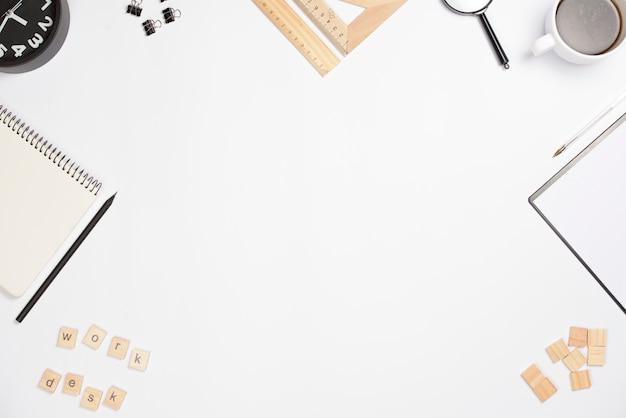 Kantoorartikelen op wit bureau met kopie ruimte voor het schrijven van de tekst