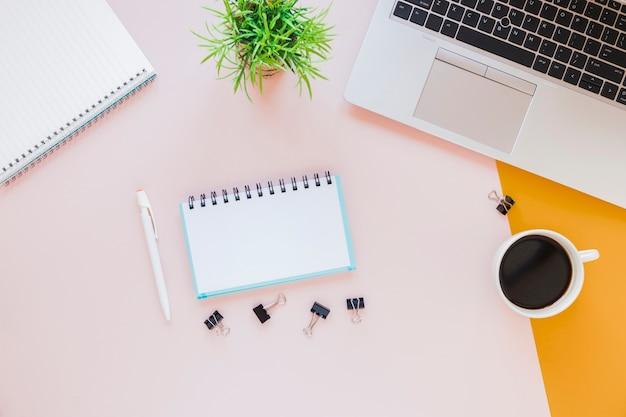 Kantoorbehoeften dichtbij laptop en koffiekop