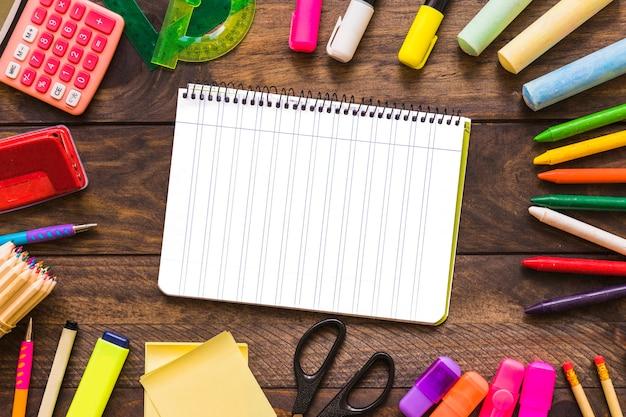 Kantoorbehoeften die rond notitieboekje liggen