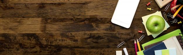 Kantoorbehoeften en onderwijslevering op donkere bruine houten lijstachtergrond