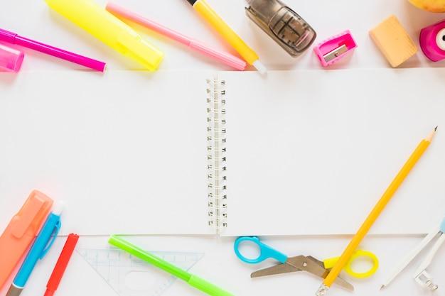 Kantoorbehoeften rond notitieboekje