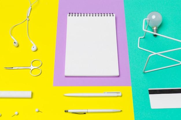 Kantoorbenodigdheden met notebook en benodigdheden