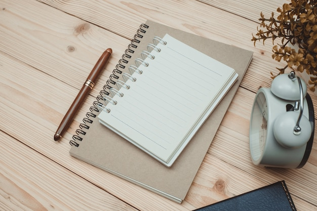 Kantoorbenodigdheden of kantoor werk essentiële gereedschappen items op houten bureau op de werkplek